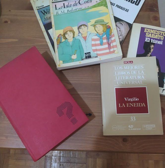 Libros abandonados en la acera